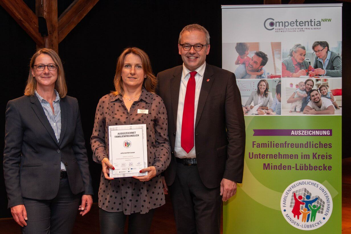 Petra Baumann mit der Jury bei der Übergabe der Urkunde