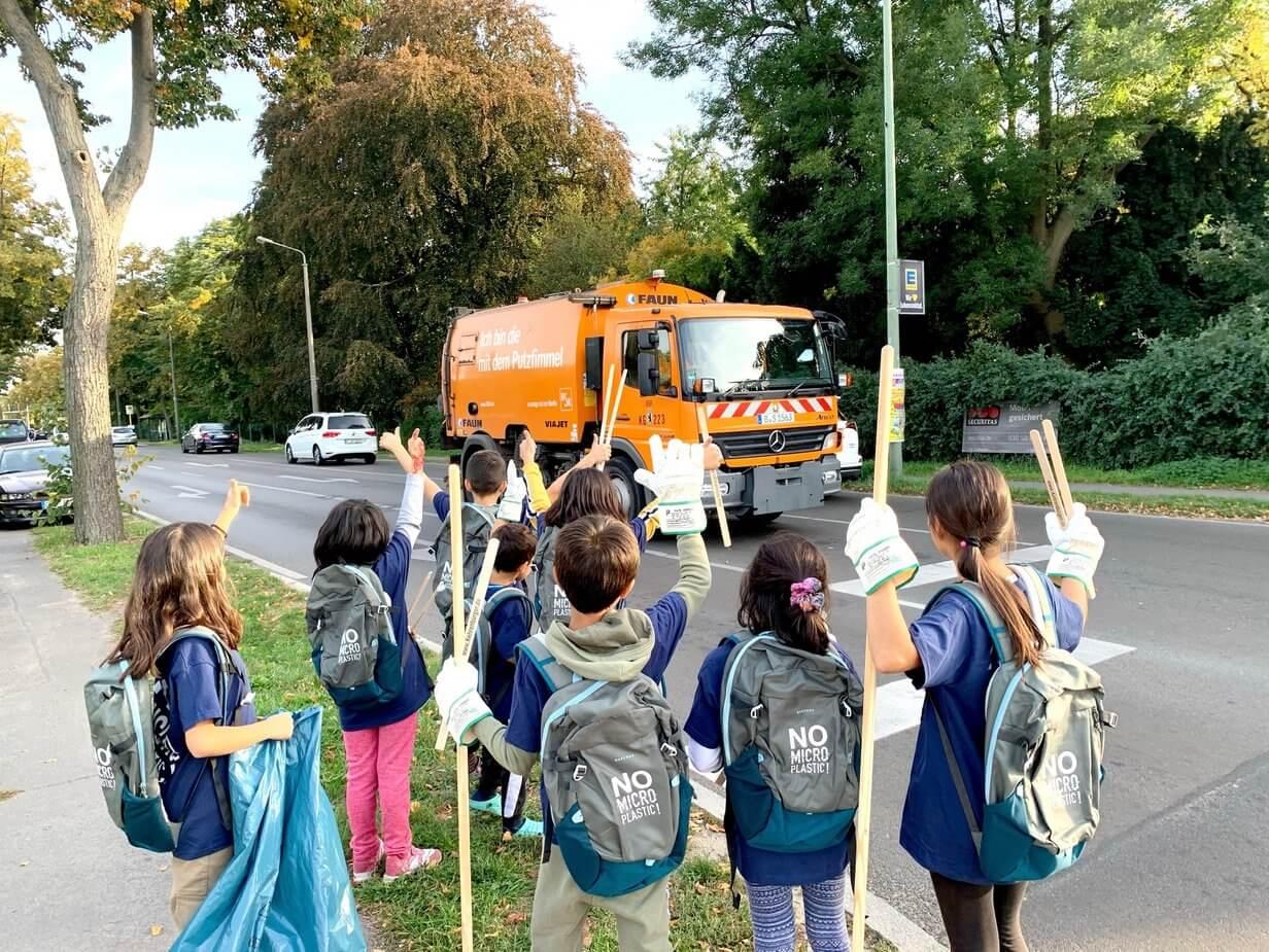 Kinder winken Müllabfuhr